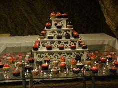 MEsa decorada con bases de arabescos y cup cakes