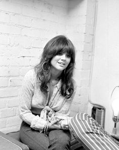 Linda Ronstadt, Loved her music! Linda Ronstadt, Beautiful Voice, Beautiful People, Gorgeous Hair, Beautiful Women, 1970s Hairstyles, Divas, Women Of Rock, Country Singers