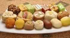 Kuchenstücke und Muffins