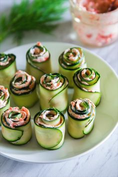 The best smoked salmon cucumber appetizers. Thinly sliced cucumber rolled up with smoked salmon cream cheese spread inside. Snacks Für Party, Appetizers For Party, Appetizer Recipes, Fingerfood Party, Cold Appetizers, Appetizers On Skewers, Beach Appetizers, Cold Party Food, Individual Appetizers