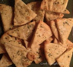 Baked Garlic and Herb Pita Chips Vegan Snacks, Snack Recipes, Healthy Recipes, Finger Food Appetizers, Finger Foods, Homemade Pita Chips, Baked Garlic, I Love Food, Indian Food Recipes