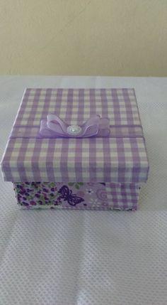 Caixa forrada com tecido xadrez e floral lilas