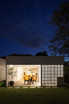 Sydney-based Architect Prineas has redesigned Breeze Block House turning it into a modern and open house. The Breeze Block House was . Architecture Antique, Architecture Design, Breeze Block Wall, Load Bearing Wall, Design Exterior, Backyard, Patio, Concrete Blocks, Mid Century House