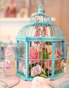 centro de mesa boda con jaula y flores