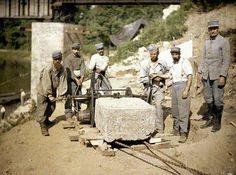 Ouvriers du génie au travail sur une dalle de pierre, à Soissons (Aisne). Autochrome de Fernand Cuville (1917)