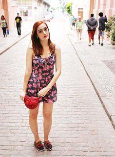 street style - macaquinho florido - flores - pink - bolsa de coração - heart bag