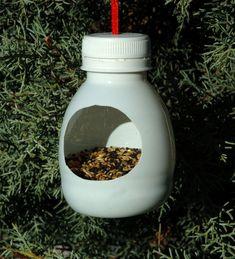 Cool idea to recycle plastic bottles Bird Crafts, Nature Crafts, Garden Crafts, Recycled Crafts, Garden Projects, Fun Crafts, Bird Feeder Craft, Bird House Feeder, Hanging Bird Feeders