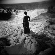 photo noir et blanc holga mer femme rocher