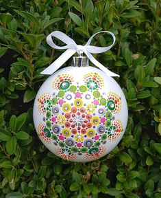 Christmas Sewing, Christmas Diy, Christmas Bulbs, Painted Christmas Ornaments, Christmas Frames, Dot Art Painting, Rock Painting Designs, Diy Arts And Crafts, Xmas Crafts