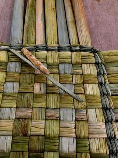 Flax Weaving, Paper Weaving, Basket Weaving, Handmade Crafts, Diy And Crafts, Crafts For Kids, Handmade Furniture, Diy Furniture, Macrame Bag