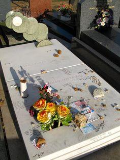 Tumba de Julio Cortázar. La tumba de Julio Cortázar está emplazada en el cementerio de Montparnasse, también en París, sus lectores y admiradores depositan multitud de detalles desde notas con mensajes, dibujos de rayuelas o postales