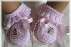 Vintage Baby Booties ~~ ruffles, bows and embroidered bullion rosesExplore my_special_angels& photos on Photobucket.Knitting patterns for baby booThis Pin was discovered by AmaThese are knit, but it does gi Magnifique pour une petite fille - Any Droulez - Booties Crochet, Crochet Baby Shoes, Crochet Baby Booties, Crochet Hats, Free Crochet, Knitted Baby, Crochet Pattern, Baby Dress Patterns, Baby Knitting Patterns