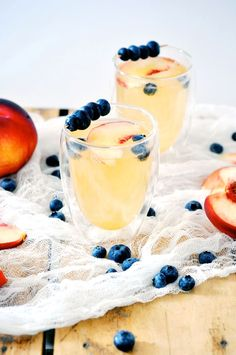 Peach Gin Fizz cocktails for summer sipping! Gin Fizz Cocktail, Gin Cocktail Recipes, Signature Cocktail, Cocktail Drinks, Alcoholic Drinks, Beverages, Gin Recipes, Champagne Cocktail, Best Summer Cocktails