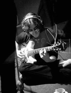 Jhon Lennon, John Lennon Yoko Ono, John Lennon Book, Beatles Band, Les Beatles, John Lennon Guitar, Plastic Ono Band, Beatles Photos, Music Images