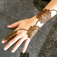 Simple mehndi designs for hands to kick start the ceremonial fun. If elaborate henna designs are a bit too much for you, then check out these henna designs. Henna Hand Designs, Mehndi Designs Finger, Legs Mehndi Design, Mehndi Designs 2018, Mehndi Designs For Beginners, Mehndi Designs For Girls, Modern Mehndi Designs, Mehndi Design Photos, Mehndi Designs For Fingers