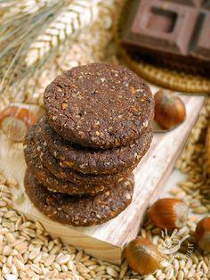 Spelled biscuits, nuts and chocolate (Vegan) - Conservate i Biscotti di farro, nocciole e cioccolato vegan in una bella scatola di latta per qualche giorno, o fatene un pensierino: sarà graditissimo!