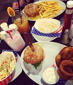 Die liebe @salvadorsari und ich hatten bissel hunger war geil hoffe ihr startet auch so erfolgreich ins Wochenende  #food #diet #diät #foodporn #fastfood #burger #pommes #lowcarb #highcarb #cheatday #weekend #läuftbeiuns #weightloss #fitnessmotivation #quotes #friends by ela_la_bella
