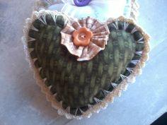Lindos corações confeccionados à mão,tecido 100% algodão,enchimento acrílico,detalhe em crochê.  Ótimo para quem quer decorar o quarto,pode fazer pingentes ou utilizar como sachê!! R$ 9,00