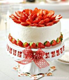 Strawberry Cake Ingredients: Sponge cake: 6 eggs, separate yolk and of flour (I used cake) 1 tsp baking powder sugar teaspoon cream flavor (I recommend Dr. Cupcakes, Cupcake Cakes, Coconut Cream Frosting, Strawberry Cake Recipes, Classic Cake, Pastry Cake, Cake Ingredients, Food Cakes, Creative Cakes