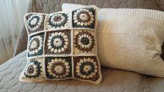 Granny squares in 3 colours. Free pattern found on Pinterest: http://purplechaircrochet.blogspot.de/search/label/Sunburst%20Granny%20Square?m=1