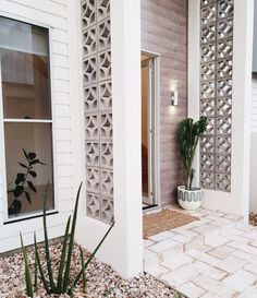 Breeze Block House by H&G Designs. Palm Springs Häuser, Palm Springs Style, Style At Home, Door Design, Exterior Design, Wall Exterior, Decoration Facade, Block House, Decorative Concrete Blocks