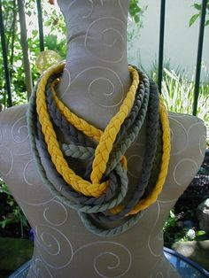 28 Original Ways To Reuse Your Old T-Shirts. Is Adorably Practical. Yarn Necklace, Braided Necklace, Fabric Necklace, Scarf Jewelry, Textile Jewelry, Fabric Jewelry, T Shirt Necklace, Jewellery, Tee Shirt Crafts