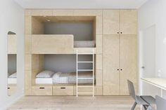 Modernes Stockbett für das Kinderzimmer von INT2architecture