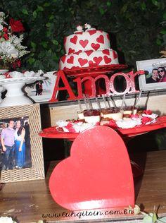 """Decoração do meu noivado: Bolo com dois pombinhos, """"amor"""" e coração em mdf. Porta retratos para enfeitar."""