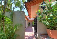Acceso Principal - Villa en venta en Acapulco, junto al Fairmont Acapulco Princess - Más información aquí: http://pueblaresidencial.com/listing/villa-2-niveles-acapulco-casas-en-venta-en-acapulco/