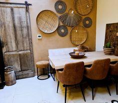 Houten tafel met cognac eetkamerstoelen.