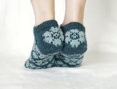 Dagens kjøpeoppskrift: Blomstertøfler | Strikkeoppskrift.com Slippers, Crochet, Heels, Fingers, Pattern, Design, Fashion, Breien, Heel