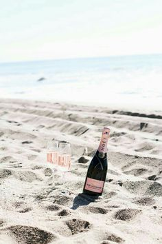 Summer Lover - Champagne on the beach Summer Vibes, Weekend Vibes, Long Weekend, Summer Days, Champagne Moet, Champagne Beach, Beach Please, Playa Beach, Moet Chandon