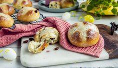Engelske påskeboller (hot cross buns) Hot Cross Buns, Camembert Cheese, Sweet Tooth, Muffin, Food Porn, Baking, Breakfast, Recipes, Beverage