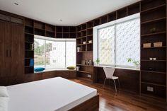 Proiect casă în Vietnam de Sanuki Daisuke Architects - https://www.studenthome.ro/2016/10/13/proiect-casa-vietnam-de-sanuki-daisuke-architects/ #Casa #Case #Designinterior #DesignInteriorContemporan #DiningRoom #Dormitor #LivingRoom #Lumină #PodeaDeLemn #RaftCuCărți #SalăCuMese #SalăDeStudiu #Scări #Sufragerie