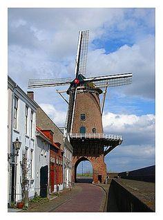 Molen Rijn en Lek, Wijk Bij Duurstede, Utrecht Deze molen is op een stadspoort (Leuterpoort) gebouwd.