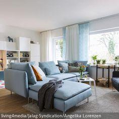 Entspannen und spielen in einem Raum? Mit dem taubenblauen Ecksofa und dem Sessel als Sitzgruppe und einer Spielecke wird der große Raum bestmöglichst  …