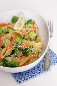 Brokkolis, lazacos tészta recept Meat Recipes, Pasta Salad, Thai Red Curry, Ethnic Recipes, Board, Crab Pasta Salad, Noodle Salads, Sign, Planks