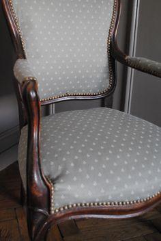 DIY Retouching an armchair 10 DIY Retapisser un fauteuil 10 DIY Retouching an armchair 10 Painting Furniture Diy, Painted Furniture, Old Chairs, Upholstered Furniture, Distressed Furniture Painting, Reupholster Furniture, Upholstery, Couch Upholstery, Upholstered Chairs