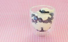 Make an ordinary yogurt parfait elegant by serving in a martini or wine glass. This great dish embraces the Greek way of featuring fresh fruit for dessert. Get the kids into the kitchen to make it. Menu Desserts, Healthy Dessert Recipes, Summer Desserts, Brunch Recipes, Just Desserts, Easy Brunch Menu, Greek Yogurt Parfait, Epicure Recipes, Clean Eating Breakfast