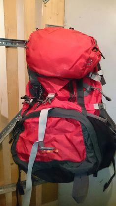 The Big Red. Mein toller 60l-Rucksack  hat es echt in sich. Eine praktische Aufteilung der Fächer, viele und sinnvolle Schnürungen und Befestigungsmöglichkeiten und integriertem Raincover.