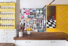 Papel de parede, caixotes de feira como estante, móvelzinho para organizar temperos. Aqui nnao faltam ideias para a sua cozinha. veja em www.historiasdecasa.com.br #cozinha #organização #kitchen #decoração