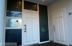 Aluminium-Türen und Portale sind die Gesichter der Hauswand. Gerade deshalb sollten sie Ihr Portal mit bedacht wählen. Wie sie wissen gibt es nur einen ersten Eindruck. Carports, Aluminium, Portal, Garage Doors, Outdoor Decor, Home Decor, Porch Roof, Faces, House Exteriors