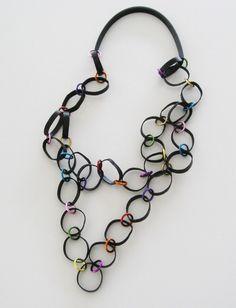 Halsband. Återvunnen cykelslang med färgade aluminiumringar. Necklace. Recycled innertube and coloured aluminium rings