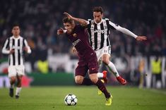 Barcelona's  French defender Lucas Digne (L) fights for the ball with Juventus' midfielder from Italy Claudio Marchisio during the UEFA Champions League Group D football match Juventus Barcelona on November 22, 2017 at the Juventus stadium in Turin.  / AFP PHOTO / Marco BERTORELLO