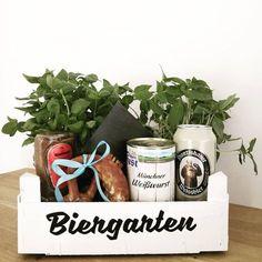 """BIERGARTEN oder: schnelle """"Drumrum-Verpackung"""" für einen Gutschein, oder: wenn man einen Mann beschenkt... = = = WERBUNG WEGEN MARKENNENNUNG #biergarten #quickanddirty #giftgiving #männergeschenk #gutschein #ozapftis #biergartentogo #esmussteschnellgehen #jaisdennheutschoweihnachten #nö #männergeburtstag #baumarkt #nördlichdesweisswurstäquators"""