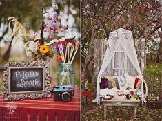 PhotoBooth Ideas: Mesa donde dejar las cosas para que se disfracen / hagan el tonto los invitados.