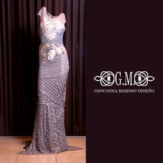 -Vestido Gris Perlado- Encuentra en Giovanna Maroso este vestido largo de corpiño en sobreposicion de materiales. Tiene maya de fondo y transparencia. Su escote es asimétrico y en alto relieve.   http://www.elretirobogota.com/esp/?dt_portfolio=giovanna-maroso