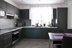 Kuchyňská linka, jež je pravým opakem k častým celobílým kuchyním. V tomto případě zvolili majitelé odstíny šedé barvy.