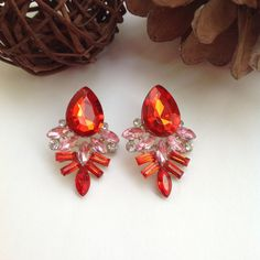 Pendientes Joya Gota Cristalinos Rojos Gorgeous gemstone drop drop earrings in bright red with transparent crystal pieces. Fine earrings, elegant and discreet, very combinable!  Closure with nut, metal alloy base; Measures: 3.7 cm x 2.5 cm.