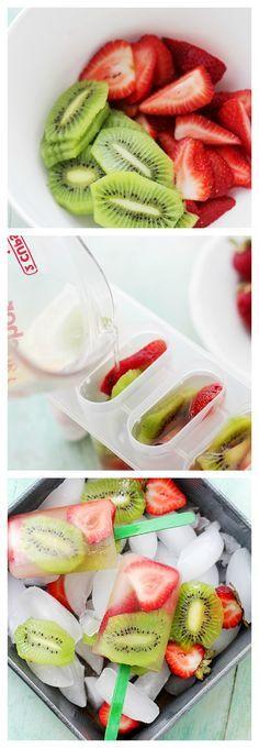 Des popsicles avec des tranches de kiwi et fraise et de l'eau (aromatisée, légèrement sucrée ou avec du sirop)
